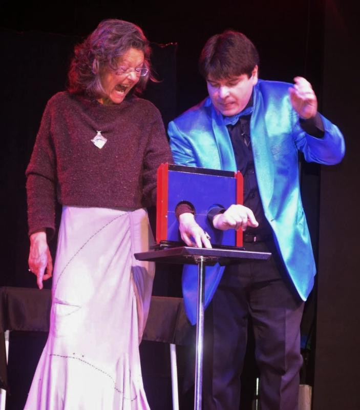 Magician Olivier Klinkenberg OK MAGICS illusion with spectator participation